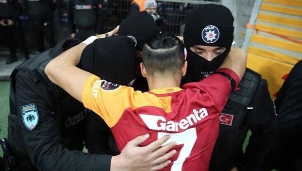 Yasin Öztekin hugging Turkish policemen. From the newspaper Yeni Şafak
